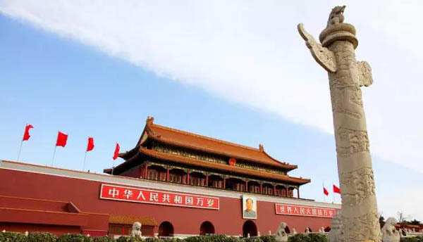 天安门广场是国家首都北京的中心地带,广场也是世界上最大的城市广场。左右宽度为300米,南北长度为820米,占地总面积44公顷。广场中央 矗立着人民英雄纪念碑以及毛主席纪念堂,西侧是人民大会堂,东侧面是中国国家博物馆,南侧是古代城楼,整体分布比较整齐对称。其中每天早晨的升旗仪式和日 落的降旗仪式是最为庄严,游客也可以感受氛围参与其中。   2015国庆节北京旅游景点大全:烟袋斜街