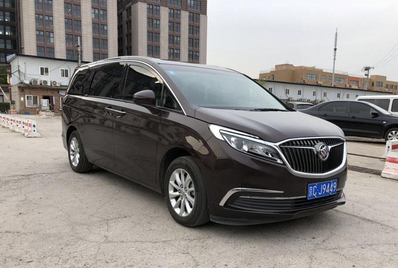 北京首汽租车能带司机吗,价格多少钱一天?
