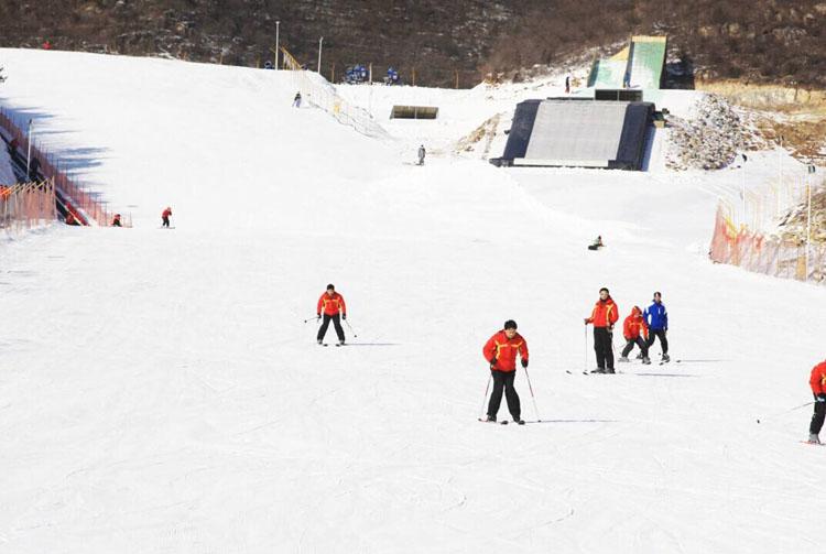 想玩点刺激的?蹦床攀岩北京静之湖滑雪场一次全租车体验!